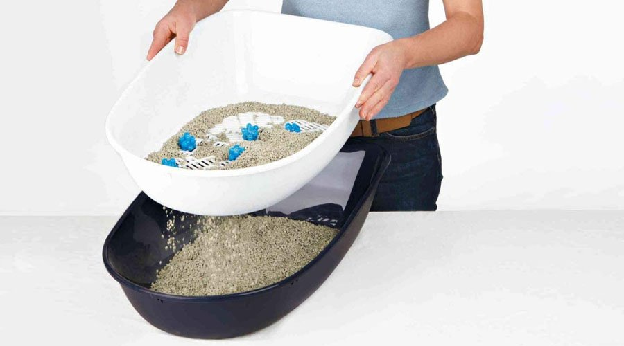 lady cleaning out the trixie berto cat litter tray